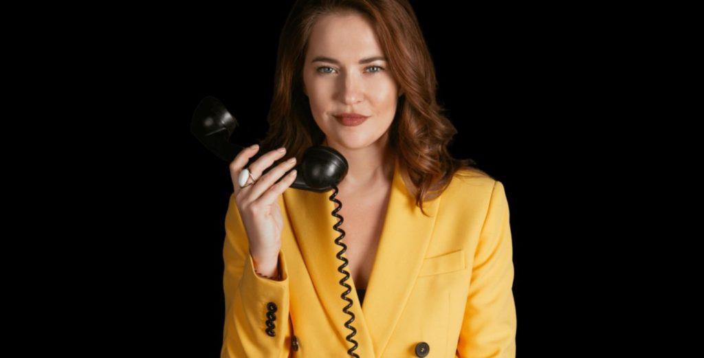 девушка в желтом костюме